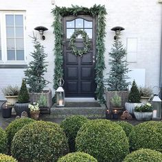 Christmas is getting closer 😊 Here's some inspiration from my front door decoration a few years back 🎄 Christmas Front Doors, Christmas Porch, Rustic Christmas, Xmas, Elegant Christmas, Diy Christmas Decorations Easy, Light Decorations, Holiday Decor, World Of Interiors
