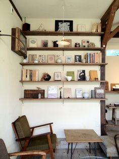 壁に棚を設置して、お気に入りのアンティーク小物を並べるだけで立派なインテリアに。そこにテーブルやソファを置けば、自分だけの特別な空間になります。