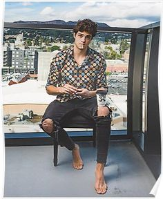 Noah Centineo played Peter Kavinsky in a Netflix adaptation of To All the Boys I've Loved Before, and Sierra Burgess Is a Loser and now is an obsession-worthy Internet Boyfriend. Mode Masculine, Lara Jean, Barefoot Men, Cute Couple Pictures, Couple Pics, Male Feet, Celebs, Celebrities, Hot Boys