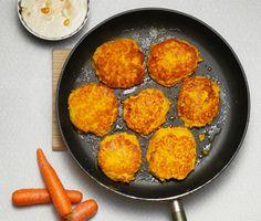 Dessa vegetariska kikärtsbiffar med curry och morot serveras ihop med ris och en röra av mango chutney och crème fraiche. Forma vackra, gulorange biffar av din kikärtsröra och stek långsamt i olja. En rätt som är läcker både för öga och gom! Raw Food Recipes, Vegetarian Recipes, Cooking Recipes, Good Food, Yummy Food, Just Eat It, Swedish Recipes, Food Inspiration, Healthy Snacks