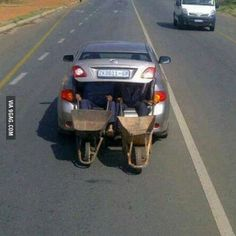 This is one way to transport wheelbarrows when you have a two seater car (photo taken in South Africa) Best Funny Pictures, Funny Photos, Random Pictures, Fail Pictures, African Jokes, Dump A Day, Wheelbarrow, South Africa, Transportation