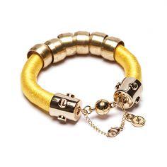 Pulseira de corda amarela com metais dourados, corrente de segurança e fecho magnético