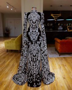 Can this be a wedding gown - atemberaubende kleider Elegant Dresses, Pretty Dresses, Evening Dresses, Prom Dresses, Fantasy Dress, Beautiful Gowns, Gorgeous Dress, Dream Dress, Couture Fashion