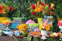 A festa de 2 anos de FELIPE foi uma viagem pelo clima praiano e colorido do Havaí, com direito à prancha de surfe e flores tropicais. Feito por LIVIA ABRÃO.