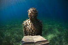 Британский скульптор Джейсон де Кайрес Тейлор (Jason deCaires Taylor) недавно представил свою последнюю скульптуру из цемента, которая присоединилась к более чем 500 другим у побережья Канкуна, Мексика. Здесь находится монументальный музей, который называется MUSA (Museo Subacuatico де Арте). Это одно из уникальных мест, где можно увидеть искусство под водой.