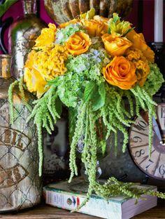Uma combinação romântica de espécies e cores reúne rosas amarelas, lisiantus e hortênsias.