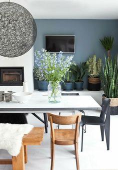 nuance de bleu avec un mur en couleur bleu gris et les autres murs en blanc salle à manger ouverte sur le salon