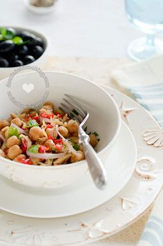 Whether served as a salad or as a cold dish, this filling and satisfying Chickpea and Codfish Salad is a fantastic summer dish. Dominican Food, Dominican Recipes, Low Carb Recipes, Cooking Recipes, Puerto Rico Food, Cold Dishes, Salad Recipes Video, Cod Fish, Summer Dishes