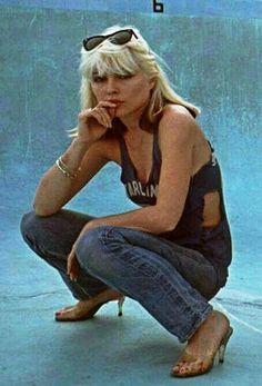 Debbie Harry Love this pose! Blondie Debbie Harry, Debbie Harry Style, Debbie Harry Hair, Le Palace, Old Navy, Women Of Rock, Estilo Rock, Joan Jett, I Love Music
