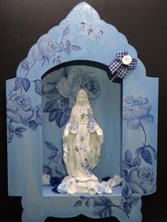 Capela em MDF Azul com Rosas Azuis com Nossa Senhora das Graças com Decoupagem em Florzinhas Azuis e decorada com flores de seda.