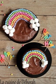 Pastel arcoiris Un pastel de chocolate y un pastel de vainilla, bonito . Festa Party, Rainbow Birthday, Cake Rainbow, Baby Birthday, Birthday Cakes, Birthday Desserts, Rainbow Wedding, Birthday Recipes, Dinosaur Birthday