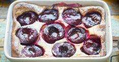 Ezért a szilvás, krémes pitéért megéri bekapcsolni a sütőt! Csodás, ahogy a fahéj és a vanília aromája az egész sütit átjárja. Cookies Et Biscuits, Pudding, Desserts, Recipes, Food, Syrup, Kitchens, Canning Jars, Colors