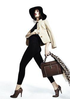 Los complementos en tonos marrones son imprescindibles en los días de invierno. Botín, bolso, pañuelo ideal para la mujer actual y urbana.  DRYPP