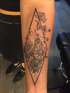 Beautiful botanical piece from today #floraltattoo #tattoo #flowers #botanicaltattoo #bitanical #daisy #daisies #geometrictattoo #geometric #wildflowers #wildflowertattoo #tattoos #ink #inked #tattooartist #london #londontattoos #londontattooist #art #artist #girlswithink #girlswithtattoos #blackberries