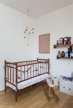 Quarto infantil tem muitas cores nos objetos e roupas de cama.