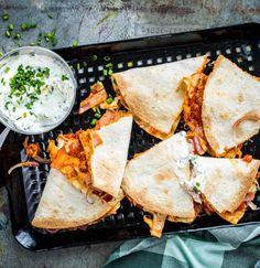 Tortilla meets Pizza! Schinken, Zwiebeln und Käse auf einer leckeren Tomatensauce bilden die Grundlage für unsere Version der klassischen Quesadilla. Mexikanisches Essen war noch nie geiler - und schneller gemacht.
