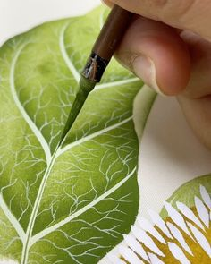 """Diane Hill on Instagram: """"I've found an exciting new way of adding even more detail to my leaves 😍 it's super fine detail, I have to cut half my brush bristles off…"""""""