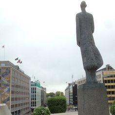 7. juni-plassen, Kong Haakon VII skuer utover #7juni #victoriaterrasse #konghaakon #statue #oslo #norway