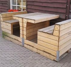 Neat! An outdoor pallet booth for a fun family summer picnic.