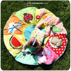 would die of happiness if this playmat magically appeared in my house - I would try to make it but I think Baby would be 17 before it was done lol Handgemachtes Baby, Baby Play, Baby Kids, Quilt Baby, Sewing For Kids, Baby Sewing, Infant Activities, Baby Crafts, Baby Shower Gifts