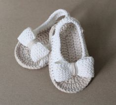 Summer sling sandal in beige white with bow. Crochet Baby Boots, Crochet Baby Sandals, Crochet Baby Clothes, Crochet Slippers, Crochet Hats, Booties Crochet, Crochet Bebe, Knitted Baby, Crochet Dolls