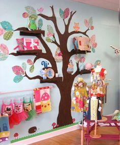 """No quarto das crianças: Árvore pintada na parede, folhas de papéis coloridos ou contact e prateleiras fixas nos """"galhos"""" , na mesma cor..."""