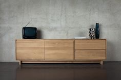This simple yet stunning Ethnicraft Oak Wave TV Unit is made of beautiful, oiled solid oak giving it a pleasant natural colour, offering both style and practicality. Also available in other Oak Wave variant sizes. Made by Ethnicraft, Belgium. Tv Furniture, Dining Room Furniture, Online Furniture, Furniture Design, Solid Wood Sideboard, Oak Sideboard, Credenza, Solid Oak Tv Unit, Wood Tv Unit