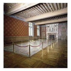 Vue intérieur: salle du pavement - Musée national de la Renaissance (Ecouen)- Dotée d'une cheminée monumentale somptueusement sculptée et incrustée de marbre, cette pièce a été fortement restaurée au 19°s (décor peint des murs et du plafond). Au centre est remonté un pavement de faïence polychrome aux armes d'Anne de Montmorency et Madeleine de Savoie qui pavait autrefois l'ensemble de l'étage.