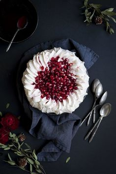 My little fabric : pavlova delectable ! inspired to see if i can whip it up like this too !with banana , mango and berries too christmas pavlova Köstliche Desserts, Dessert Recipes, Christmas Pavlova, Gula, Cake Photography, Love Food, Sweet Recipes, Sweet Tooth, Sweet Treats