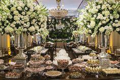 O desejo dos noivos deste casamento, que aconteceu no Copacabana Palace, era umadecoração clássica em branco e verdee velas penduradas no teto. A partir