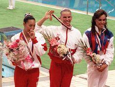 Carolyn Waldo du Canada célèbre après avoir remporté une médaille d'or en nage synchronisée, en compagnie de Tracie Ruiz-Conforto (argent, à droite) des États-Unis et  Mikako Kotani du Japon (bronze, à gauche) aux Jeux olympiques de Séoul de 1988. (PC Pho