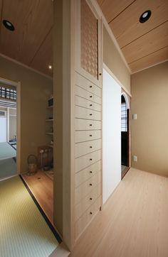 戸建の二階で子供部屋として使っていた3つの洋室がリフォームで茶室に生まれ変わりました。広間と小間へ続く前室と水屋も設え、壁厚を利用した引き出しは小物収納に便利です。