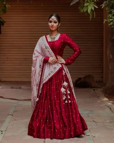 Love this red lehenga with white dupatta and latkans. Garba Dress, Navratri Dress, Lehnga Dress, Chaniya Choli Designer, Designer Bridal Lehenga, Ghagra Choli, Designer Party Wear Dresses, Indian Designer Outfits, Dress Indian Style