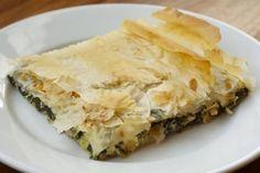 La spanakopita è uno dei più famosi piatti greci e consiste in una torta salata ripiena di spinaci, perfetta come antipasto o contorno.