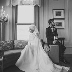 Sadeliğiyle büyüleyen ✨ Siz bu tarzı nasıl buldunuz? ✨ Muslim Wedding Dresses, Muslim Brides, Muslim Couples, Bridal Wedding Dresses, Wedding Poses, Muslim Girls, Wedding Ideas, Bridal Hijab, Hijab Bride