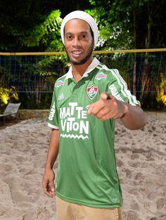 Não falta mais nada: Ronaldinho Gaúcho assina contrato e é do Flu #globoesporte