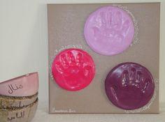 Je reviens vers vous avec une variante de l'activité pour enfants que je proposais la semaine dernière : l'empreinte de main en pâte à modeler auto-durcissante. Ici il s'agit de l'activité réalisée avec mes trois enfants. Il nous a fallu un peu plus de temps pour la terminer, car les étapes de décoration sont plus nombreuses.