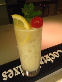 Coco loco: zumo limón, batida de coco, vodka, ron y tequila.