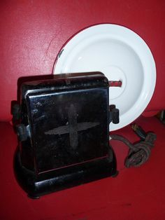 Since male found cooking was tasty than eating raw, cookers began commanding cooking areas across the globe. Vintage Appliances, Small Kitchen Appliances, Kitchen Utensils, Vintage Toaster, Black Kitchens, Kitchen Black, Toast Rack, Great Inventions, Eating Raw