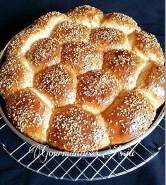Brioche Nid d'Abeille au Lait Fermenté et Fromage | Gourmandise Assia Pain Garni, Salem, Cake Factory, Calzone, Hot Dog Buns, French Toast, Sweets, Bread, Newsletters