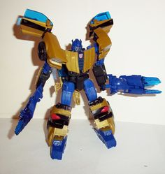 "Hasbro TRANSFORMERS ""GENERATIONS / CLASSICS"" GOLDBUG / GOLDFIRE 100% COMPLETE with any and all weapons/accessories/parts originally included with the figure. condition: Excellent - display only collec"