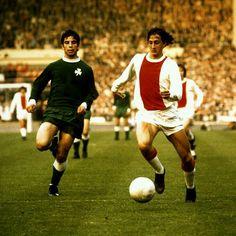 Ajax 2 Panathinaikos 0 in May 1971 at Wembley. Johan Cruyff runs at the Greeks in the European Cup Final. Retro Football, World Football, Vintage Football, Football Players, Pure Football, Afc Ajax, European Cup, European Championships, Fifa World Cup