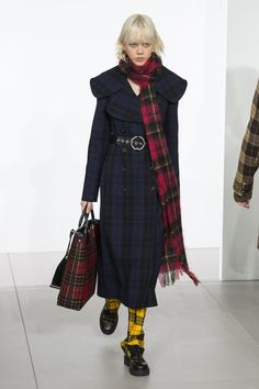 The complete Michael Kors Collection Fall 2018 Ready-to-Wear fashion show now on Vogue Runway. Plaid Fashion, I Love Fashion, Fashion News, Michael Kors Fall, Autumn Fashion 2018, Michael Kors Collection, Fashion Show Collection, Yorkie, Fall Outfits