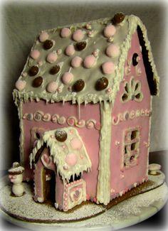 Minulle on tullut tavaksi tehdä joka Joulu erilainen piparkakkutalo. Tänä Jouluna tein gluteenittomasta piparkakkutaikinasta, Vaaleanpunaisen talon. Piparkakkutalo on korkea ja katto on koristeltu karkeilla. Kukahan sinne tänä Jouluna muuttaa?  - by Anna -- Piparkakkutalo, Joulu, Gingerbread house, Christmas