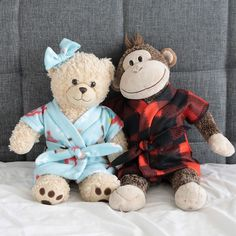 Learn how to sew a stuffed animal or teddy bear robe with the easy sewing tutorial and free printable pattern. DIY handmade gift idea for kids at Christmas.