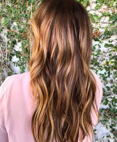 A nova febre das redes sociais é o cabelo tiger eye, ou olho de tigre. Por se tratar de cores quentes, esta nova tendência é perfeita para o inverno...