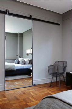 Grote spiegel op een schuifdeur