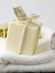 Roundup of the best palm oil free soaps available in the UK. List of natural and palm oil free soaps that are kind to your skin, the environment and wildlife. Biodegradable Products, Soap Bible Study, Rhassoul, Soap Tutorial, Homemade Soap Recipes, Homemade Scrub, Goat Milk Soap, Hygiene, Soap Recipes