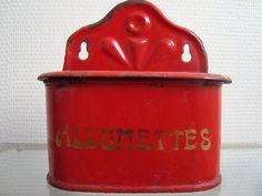 Ancienne boite à sel en tôle émaillée rouge très bon état / antique enamelware