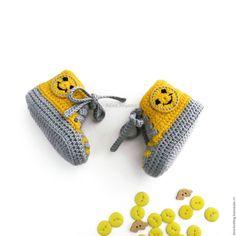 Купить или заказать пинетки кеды вязаные пинетки детские подарок новорожденному, желтый в интернет магазине на Ярмарке Мастеров. С доставкой по России и СНГ. Материалы: пряжа для пинеток, желтая пряжа, серая…. Размер: Пинетки кеды в наличии для новорожденного… Crochet Baby Boots, Knitted Baby Clothes, Crochet For Boys, Knit Shoes, Crochet Shoes, Crochet Slippers, Baby Booties, Baby Shoes, Diy Crochet Accessories